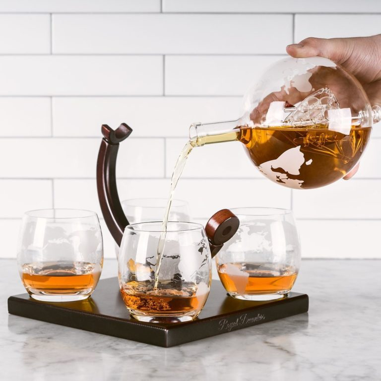Etched Globe Whiskey Decanter Set - 4 Glasses & Large Glass Beverage Drink Dispenser - for Dad (850ML)